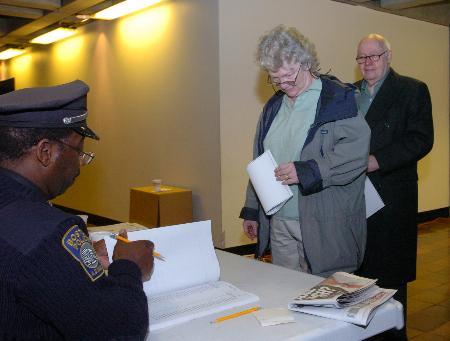 图文:美国波士顿警察在市政厅投票站核对选民身份