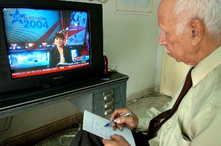 图文:伊拉克资深报人通过电视了解美国大选情况