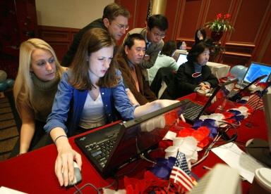 图文:在华美国公民通过互联网关注总统大选