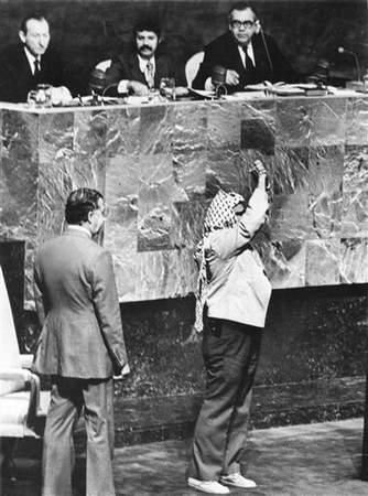 图文:阿拉法特1974年腰挎手枪在联大发表演讲