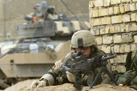 图文:美军在都巴格达以北的萨迈拉加强警戒