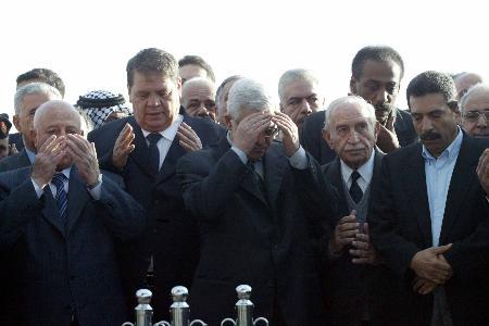 图文:巴官员与民众为阿拉法特做晨祷(3)