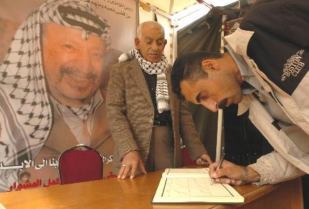 图文:巴勒斯坦人继续悼念阿拉法特(3)