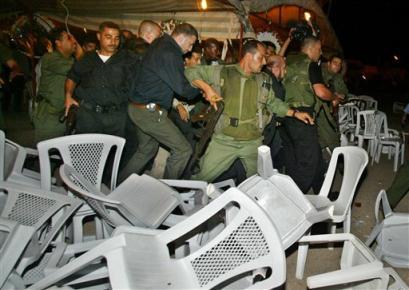 巴解执委会主席阿巴斯遭到30名武装分子袭击