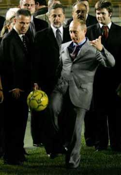 组图:普京访问巴西接受罗纳尔多球衣并一展球技