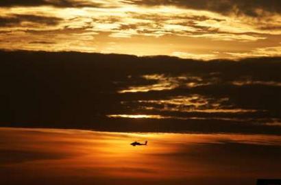图文:伊拉克黎明时天空中的美军直升机