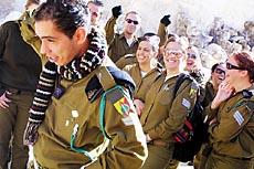 图文:课间休息时的以色列国防军士兵