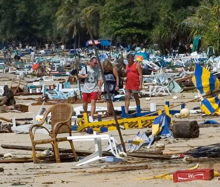 图文:泰国旅游胜地普吉岛海啸袭击后海滩一片狼藉