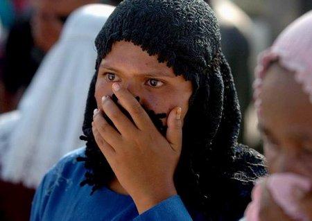 图文:印尼妇女在海啸遇难者尸体中寻找亲人