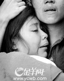 月29日,一名失去亲人的泰国女孩伤心欲绝.-灾后感人故事不断 手