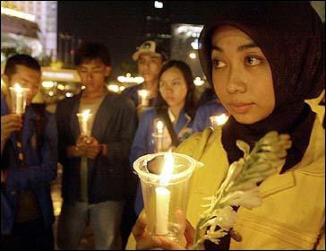 图文:雅加达女学生手持蜡烛向遇难者表示哀悼