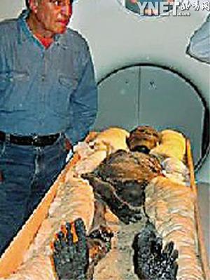 研究队员将著名法老王———古埃及国王图坦卡蒙的木乃伊从坟墓中移图片