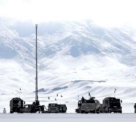 喀布尔/2月5日,搜救车辆在阿富汗首都喀布尔周边的雪山中行进。