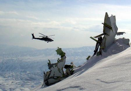图文:搜救直升机盘旋在阿富汗坠毁飞机残骸上方