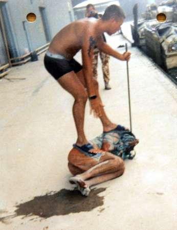 美军对伊拉克监狱患精神疾病犯人使用狗项圈