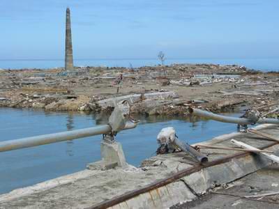 图文:海边被海啸打断栏杆的桥梁