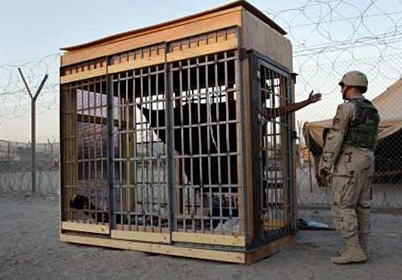 图文:伊拉克阿布哈里卜监狱中被单独关押的囚犯(一般新闻类单幅三等奖)