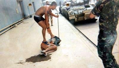 英军士兵将伊囚犯绑在叉车上取乐面临两年监禁