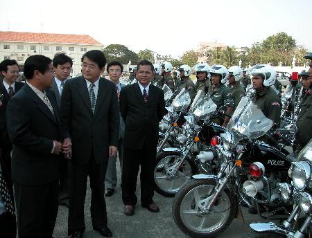 图文:中国援助柬埔寨400辆警用摩托车(1)