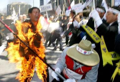 韩国男子在日使馆外自焚抗议日本侵占独岛野心