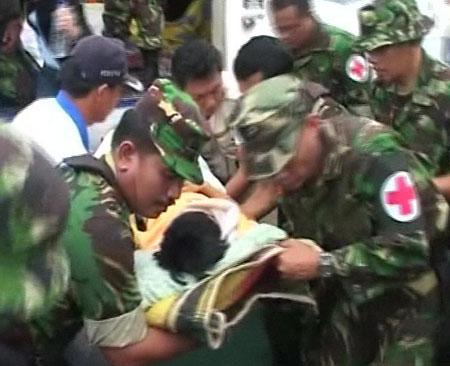 央视记者在印尼地震前方亲历救援(组图)