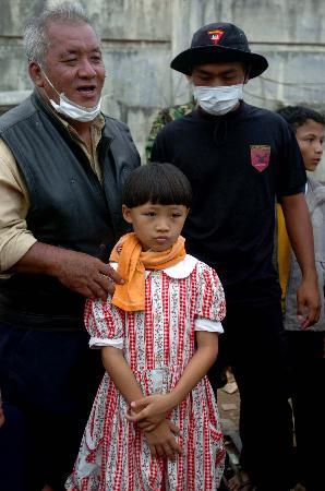 图文:10岁印尼女童被埋3天3夜后获救(1)