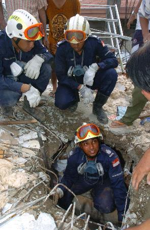 图文:新加坡救援队搜救幸存者(3)