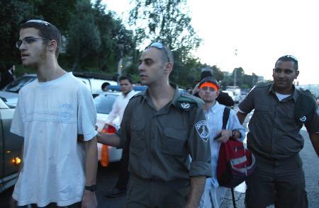 图文:以色列右翼分子封锁公路反对单边行动计划