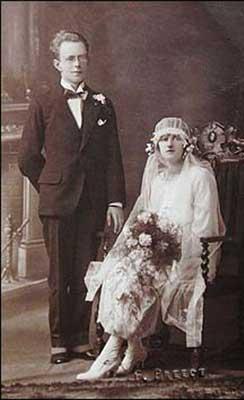 日,珀西和佛罗伦斯幸福地结合.-英国夫妇恩爱携手80年