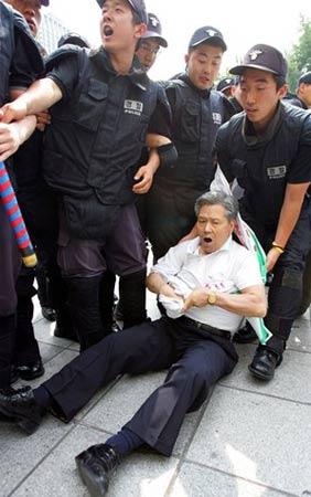 韩国民众抗议小泉访韩要求日本为战争罪行道歉