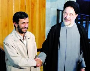6月29日,伊朗当选总统内贾德(左)拜会了现任总统哈塔米.当日,