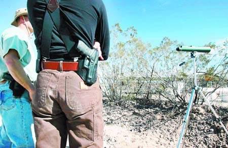 美国志愿者带枪巡逻监控非法移民涉嫌种族歧视