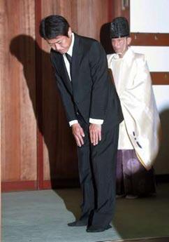 日本经产大臣与前首相桥本参拜靖国神社(组图)