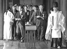 日49名政要再拜靖国神社战后60年政坛整体右滑