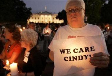 数万美国民众举行集会声援战死美军士兵母亲
