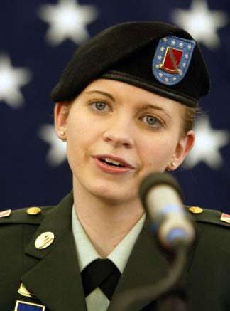 美国女兵林奇拄着拐杖进大学取消与男友婚礼