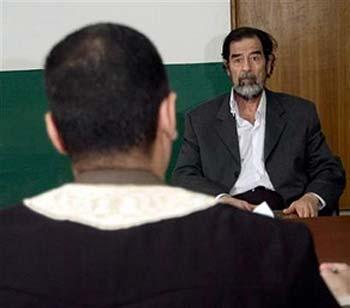 伊拉克特别法庭公布法官询问萨达姆最新照片