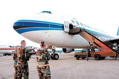 中国紧急救灾物资运抵美国