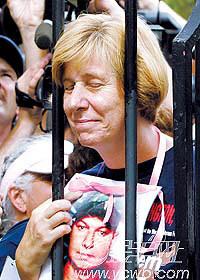"""""""反战母亲""""白宫前被捕布什:撤军问题没商量(组图)"""