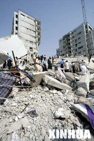 图文:巴基斯坦人建筑物废墟上搜寻