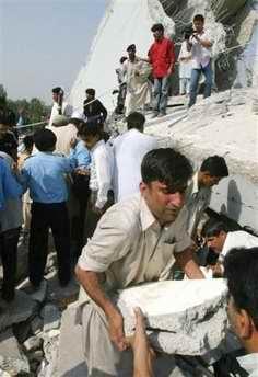 巴基斯坦10余层高楼在强震中整体倒塌(组图)