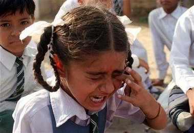 图文:一名印度小女孩在哭泣