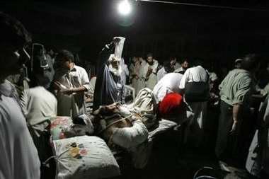 图文:巴基斯坦医护人员在连夜抢救伤者