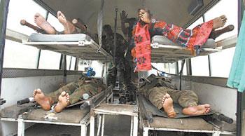 图片说明:在地震中身亡的印度士兵尸体