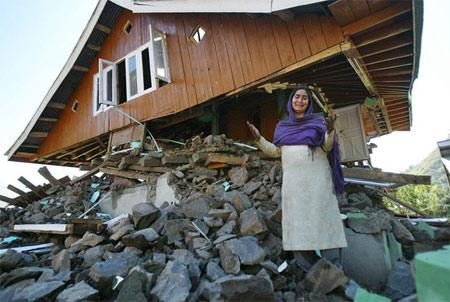 图文:印度灾民在被地震毁坏的房屋前痛哭