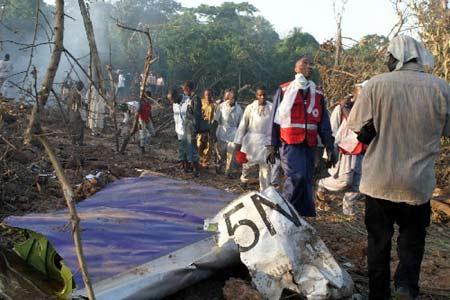 组图:救援人员在尼日利亚坠机现场展开工作