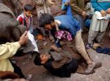 图文:印度灾民争夺救灾物资