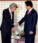 卢武铉与小泉简短会晤 称不接受日本对历史态度