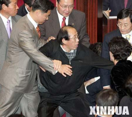韩国国民议会打成一团都是大米惹的祸(组图)