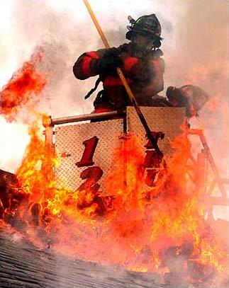 图文:美国消防员正在奋力扑救宿舍大火